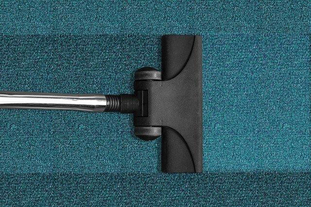 הדרך החכמה ביותר להיפטר מכתמים חוזרים בשטיח שלך